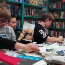 W środę zaproszono nas do filii Biblioteki Krakowskiej na Komorowskiego na warsztaty artystyczne. Nasi uczniowie oraz panie opiekunki ( :) ) tworzyły z kawałków gazet obrazy surrealistyczne