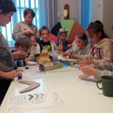 Temat Australii przyniósł m.in. kolorowanie bumerangów. Dzieci wzorowały się sztuką aborygeńską