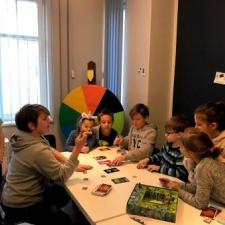 Poza zajęciami był również czas na gry, w tym w Dixit uwielbiany przez dzieci